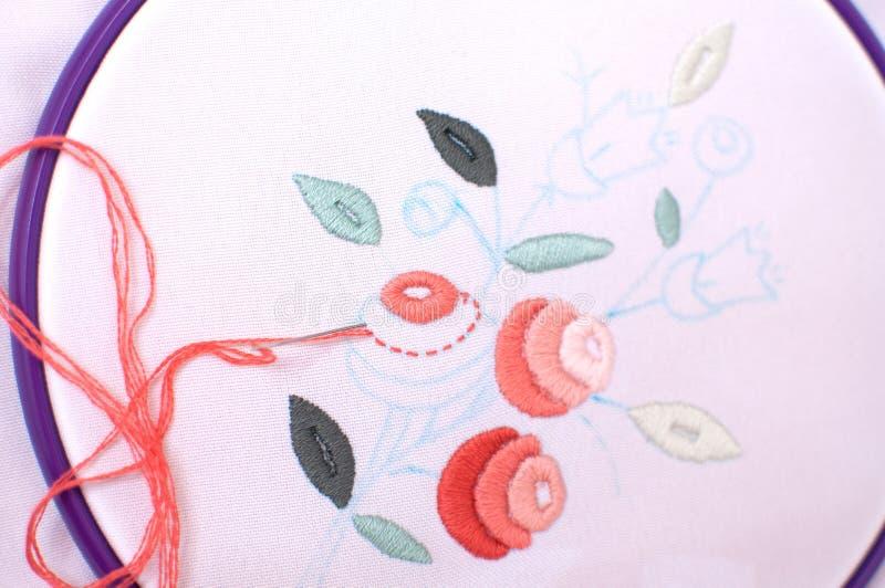 Вышивка с флористическим мотивом обрамленная в обруче работа процесса стоковая фотография