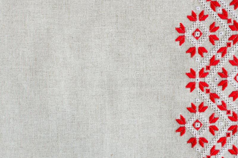 Вышитая картина красными и белыми бумажными нитками для предпосылки или крышки стоковые фотографии rf