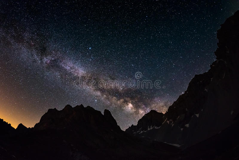 Выдающая красота дуги млечного пути и звёздного неба захватила на большой возвышенности в летнем времени на итальянских Альпах, Т стоковые фотографии rf