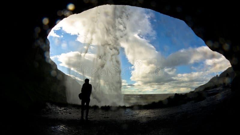 Выдалбливайте за водопадом Seljalandsfoss, рекой Seljalandsa, Исландией стоковые фотографии rf