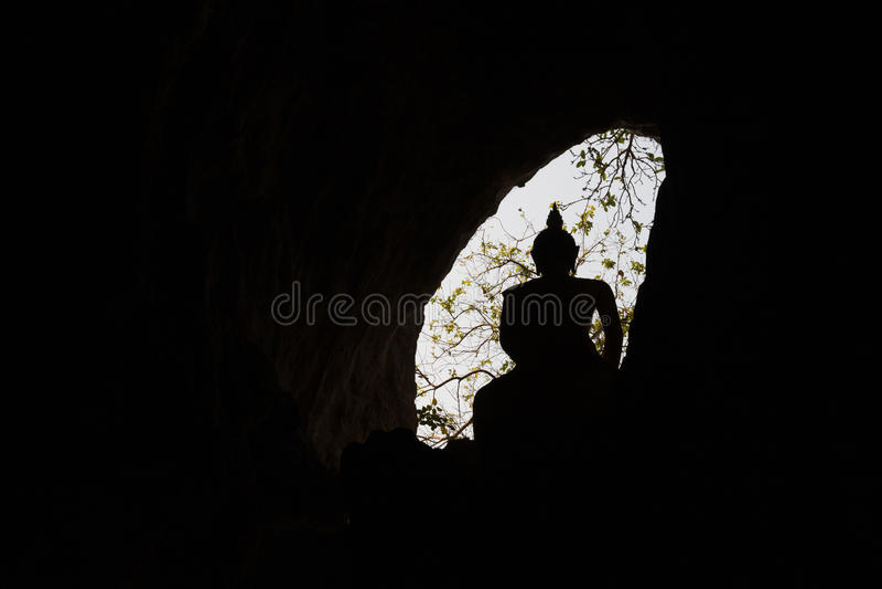 Выдалбливайте окно с силуэтом статуи Будды с backlight стоковая фотография