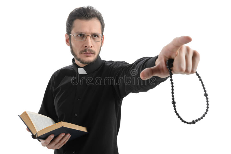 Вы верите в боге? Портрет священника указывая отсутствующий пока st стоковые изображения rf