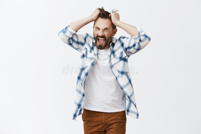 Вы делаете меня укомплектовать личным составом Портрет усиленного интенсивного и докучанного шального бородатого человека, вытяги стоковая фотография rf