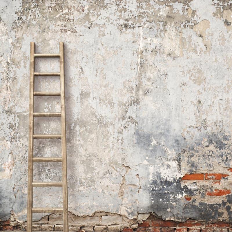 Выдержанная стена штукатурки с деревянной лестницей стоковое изображение rf