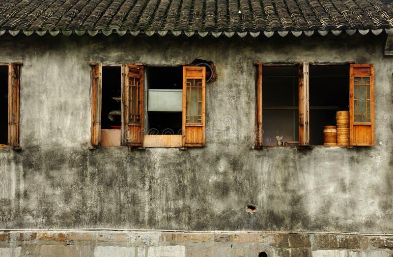 Выдержанное здание в городке Шанхае Fengjing стоковое изображение rf