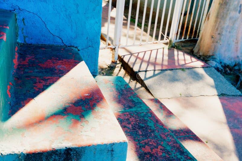 Выдержанные лестницы и тротуар на старом жилом доме стоковое фото