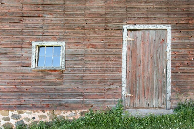 Выдержанные красные дверь и окно стоковая фотография rf