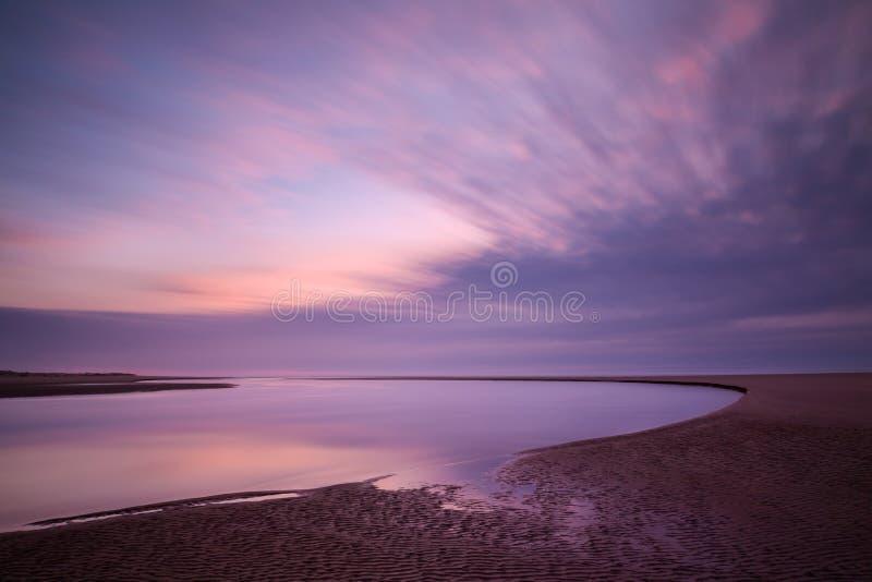 Выдержка времени реки Siltcoos и moving облаков стоковое фото rf