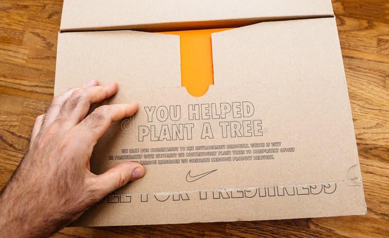 Вы помогли заводу картон Nike дерева стоковое фото rf