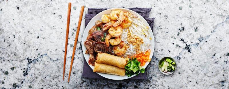 Вьетнамская лапша с рисовой лапшой с жареной говядины и креветками с хрустящими роллями стоковое изображение rf