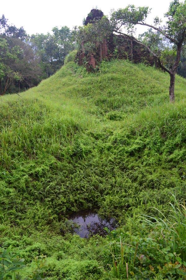 Вьетнам - мой сын - кратер бомбы и руины виска в раннем утре стоковые фотографии rf
