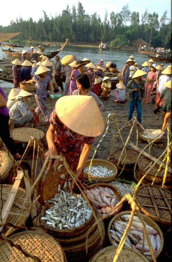 Вьетнам: Рыбный базар Hoi An полон femal покупателей стоковое изображение rf