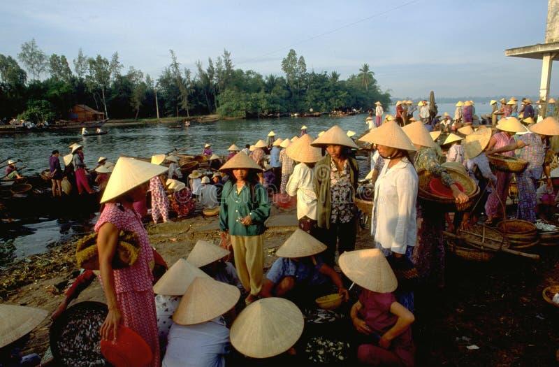 Вьетнам: Рыб-рынок Hoi An полон женских покупателей стоковые изображения rf