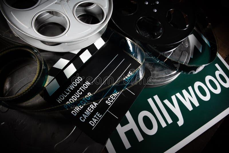 Вьюрок фильма и clapboard Голливуд, предпосылка индустрии развлечений на деревянной таблице стоковое фото rf
