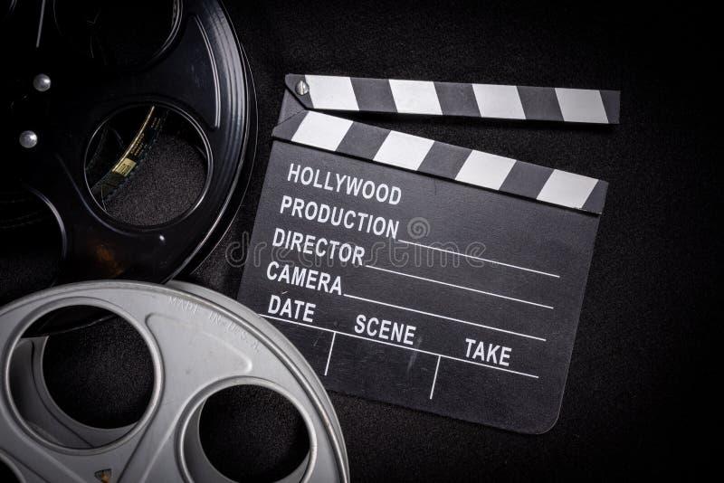 Вьюрок фильма и clapboard Голливуд, предпосылка индустрии развлечений на деревянной таблице стоковые фото
