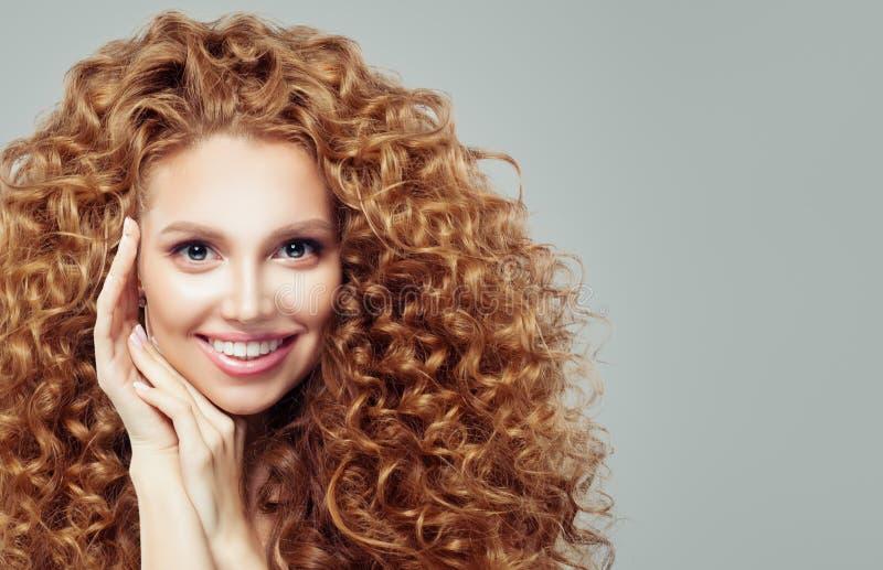 Вьющиеся волосы счастливого womanwith redhead длинное взволнованность Выразительные выражения лица стоковые фотографии rf