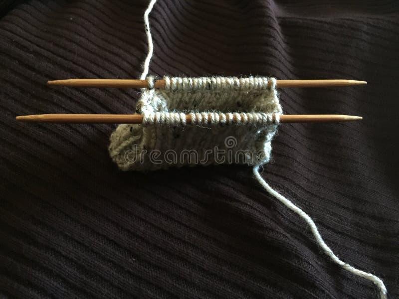 Вязать портмоне монетки на Двух-остроконечных бамбуковых иглах стоковое фото rf