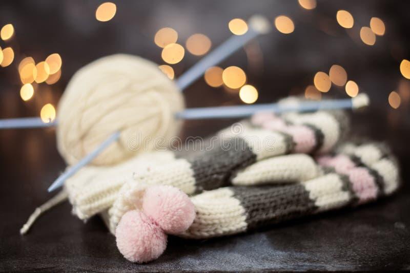 Вязать рождества зимы Backg теплых mittens шерстей праздничное стоковые фото