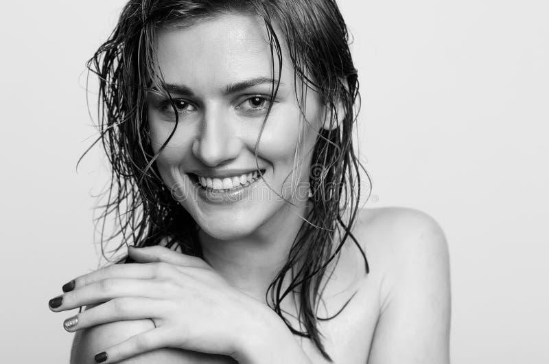 Влажный портрет выстрела в голову волос, счастливой, усмехаясь модельной девушки, женщины, дамы стоковое фото rf