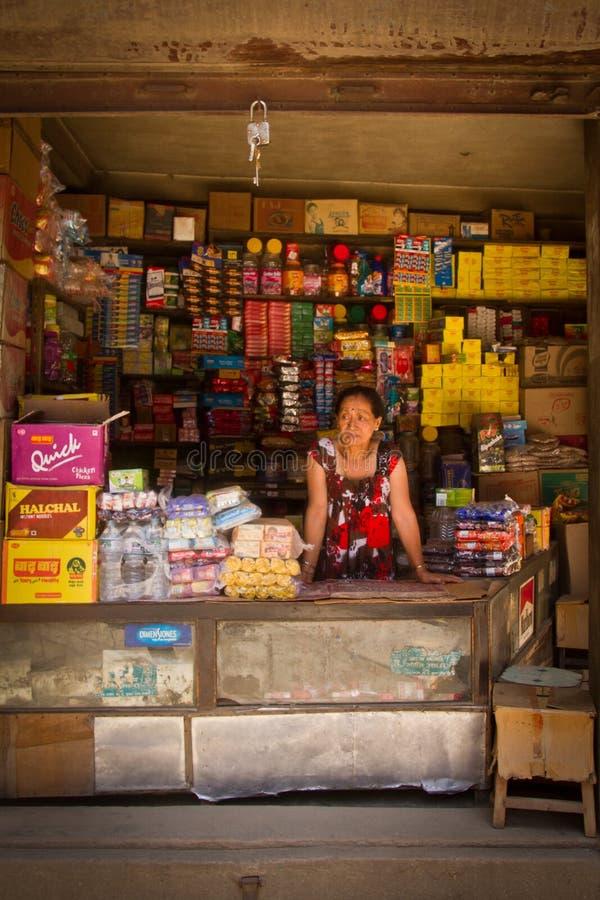 Владелец магазина дамы, Катманду, Непал, стоковая фотография rf