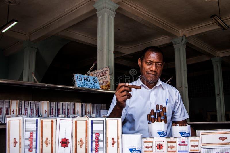 Владелец магазина табака и сигары в старой Гаване стоковые изображения rf