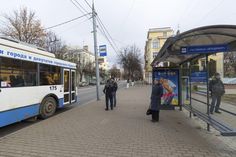 Владимир, Россия - 6-ое ноября 2015 Типичная автобусная остановка на улице Moskovskaya стоковые изображения rf