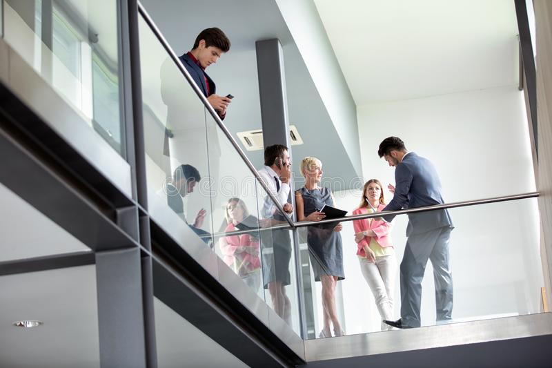 В бизнесменах говорить коридора неторопливый стоковое фото rf