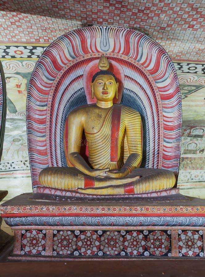 В виске пещеры Dambulla стародедовская статуя Будды стоковые фотографии rf