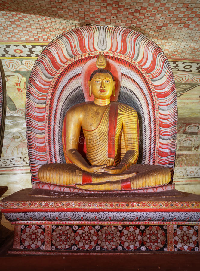 В виске пещеры Dambulla стародедовская статуя Будды стоковые изображения rf