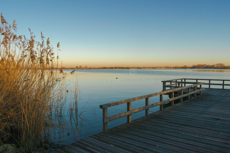В воскресение утром слава на озере стоковое фото
