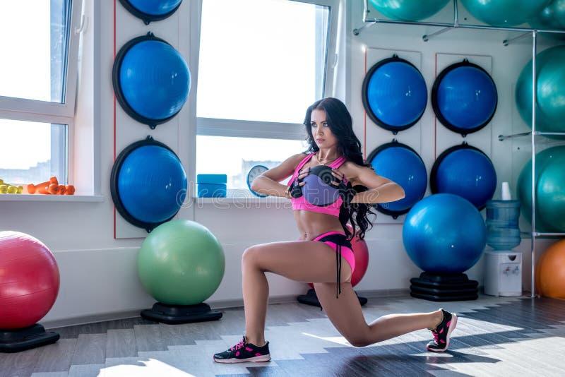 В гимнастике Славное брюнет представляя пока работающ стоковая фотография