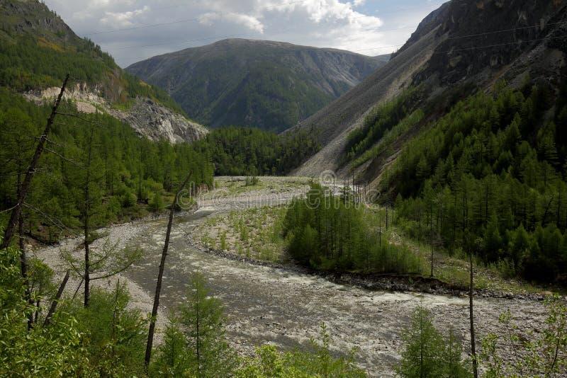 В глубоком ущелье черного реки Irkut стоковые изображения