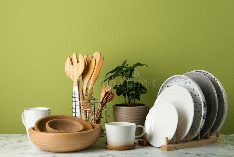 В горшке завод и набор kitchenware на белой мраморной таблице Современный дизайн интерьера стоковые фото