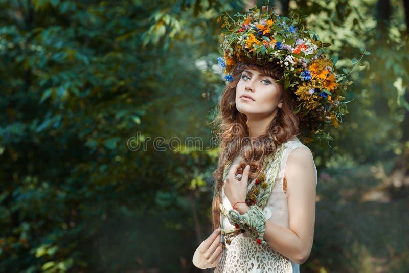 В лесе милая девушка стоковое изображение