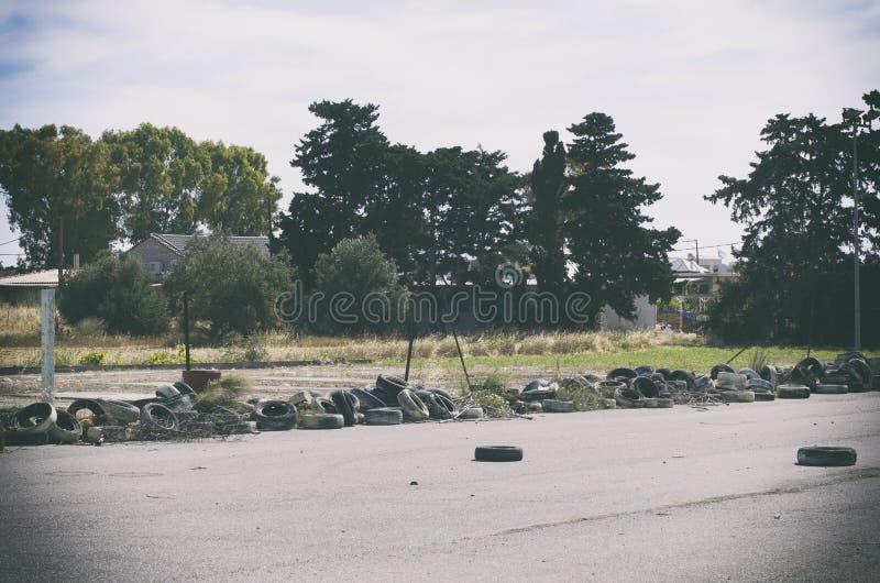 В заброшенном районе, заброшенном на свалках, использованные автомобильные шины Родс, Греция стоковые изображения rf
