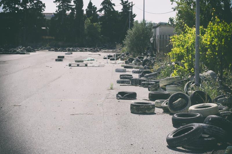 В заброшенном районе, заброшенном на свалках, использованные автомобильные шины Родс, Греция стоковая фотография