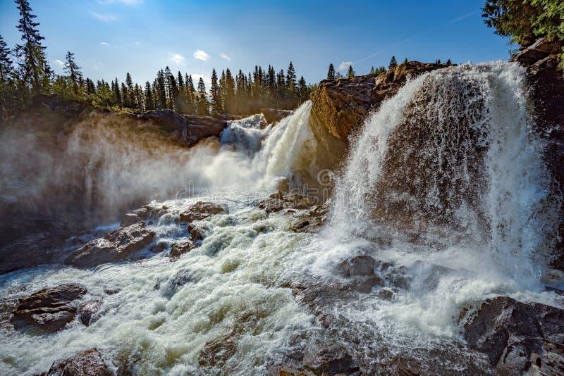 В западной части Джамтленда водопад ристафалета назван одним из самых красивых водопадов Швеции стоковая фотография