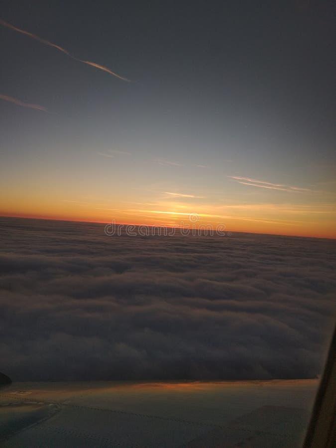 в конце дня над облаками стоковое изображение