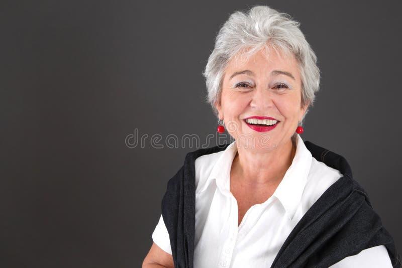 В конце концов выбудьте - серую с волосами привлекательную женщину стоковое фото