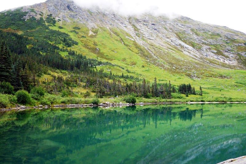 В конце похода верхнего озера Dewey, Skagway, Аляска стоковая фотография rf