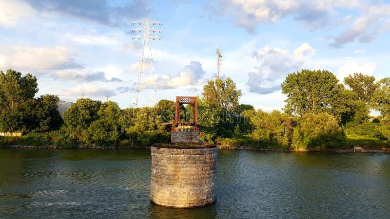 В конце сломленного моста стоковое изображение