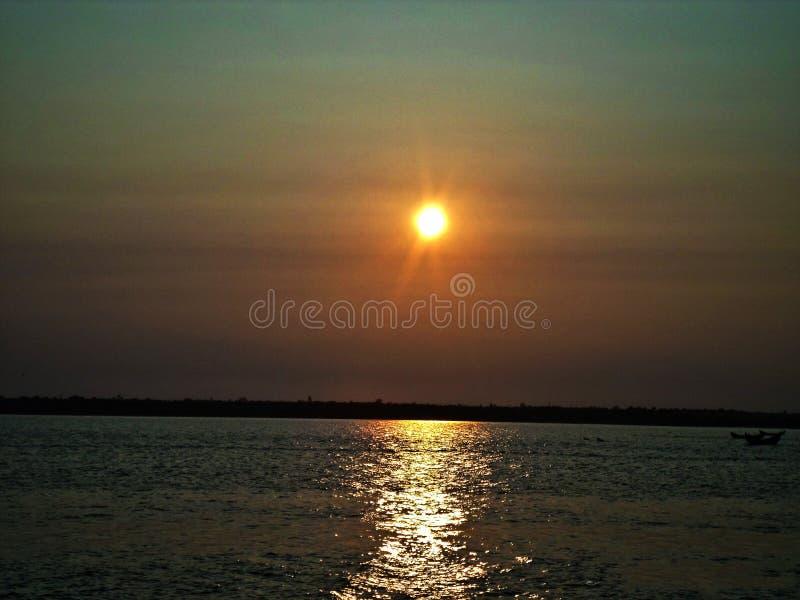 В конце, солнце утихомиривает вниз стоковое фото