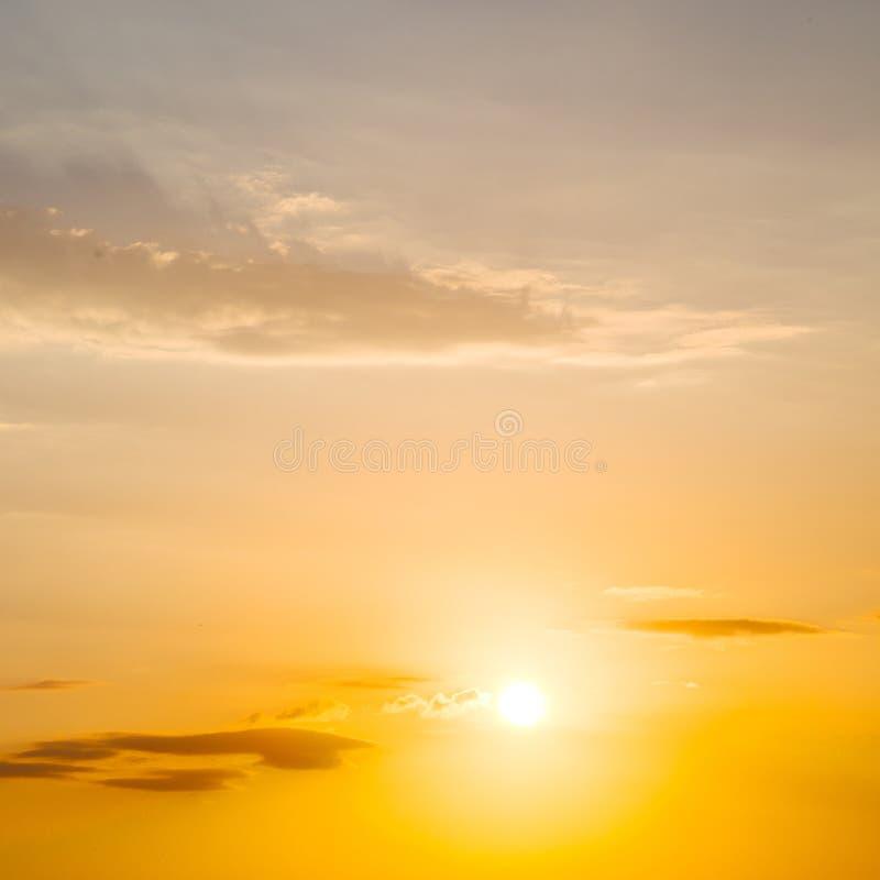 в красном цвете облака голубого неба и апельсина восхода солнца стоковые фотографии rf
