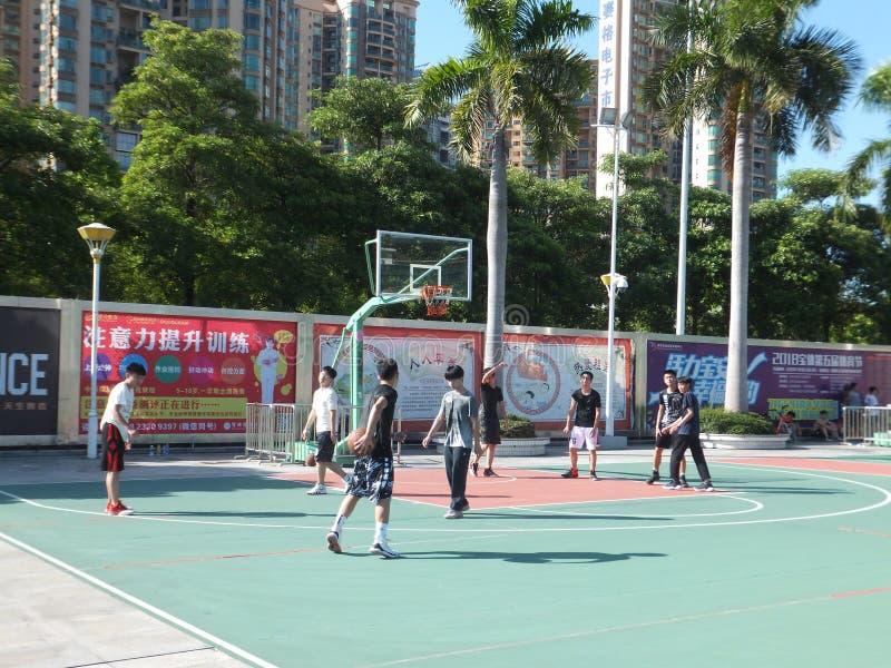 В летних каникулах, средняя школа градуирует баскетбол игры в баскетбольной площадке стадиона стоковые фотографии rf