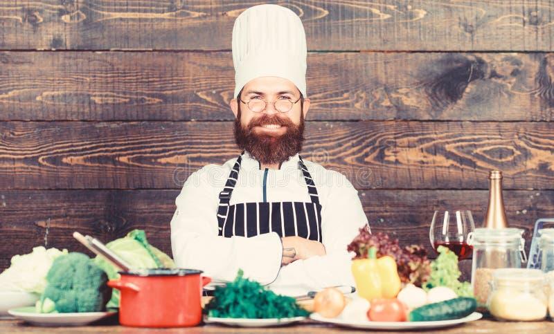 В любви к здоровому питанию Готово к работе Здоровый вегетарианский рецепт Мужская бородатая хипстерская шляпа и фартук хорошо пр стоковое изображение rf