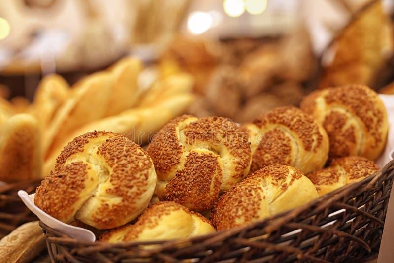 В магазин хлебопекарни стоковое изображение rf