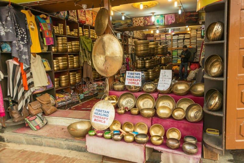 В малом магазине с бронзовыми чашками 26-ого марта 2018 в Катманду, стоковые фото