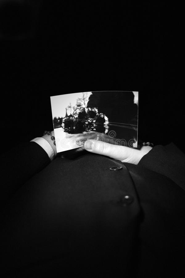 В могиле. стоковые фотографии rf