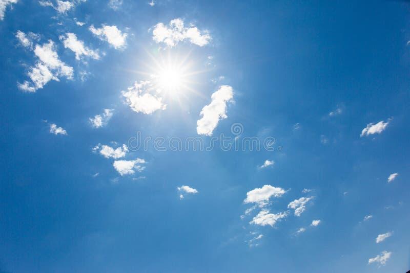 В небе облаков, солнце имеет ослеплять лучи, солнечное красивое голубое небо стоковое изображение rf