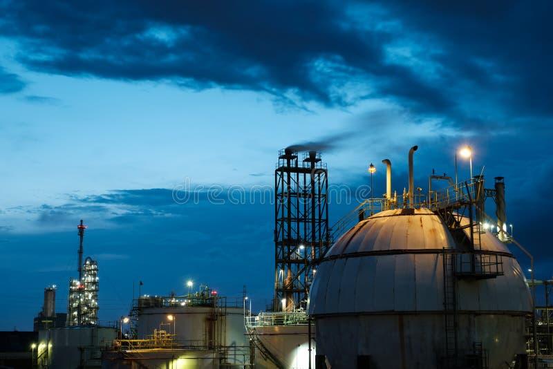 В ночное время на нефтехимическом заводе в баке газового склада стоковые изображения rf